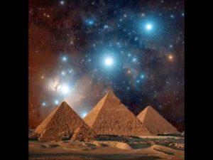 3 pyramides sous la voûte étoilée
