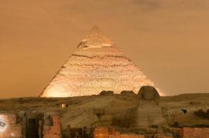 exposition-de-pyramide-de-gizeh-et-de-lumière-de-sphinx-la-nuit-le-caire-egypte-48571373